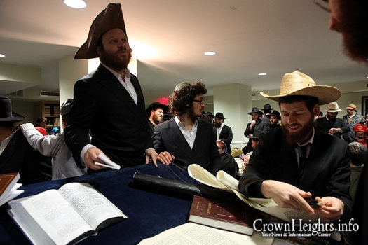 Photos: Megillah Reading at Oihel Nosson