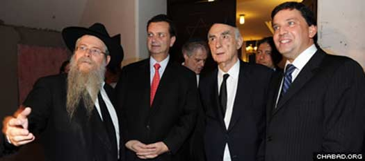 Rabbi Y. David Weitman, S. Paulo mayor Gilberto Kassab, former Gov. Claudio Lembo, councilman Floriano Pessaro.