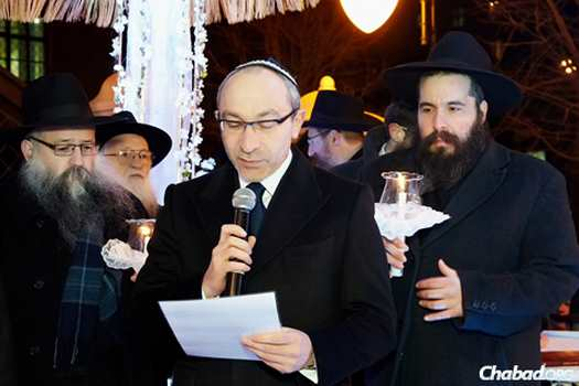 Mayor Gennady Kernes at the wedding of Rabbi Moshe and Rivka Korf in Kharkov. From the left are Rabbi Yossi Korf, father of the groom, Rabbi Gedaliah Korf, grandfather of the groom, Mayor Kernes and Rabbi Moshe Moskowitz, father of the bride.