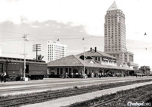 In 1960, the Florida East Coast Railway station, with the Dade County Courthouse in the background, was still a very busy place.