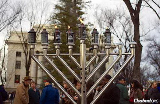 The sixth night of Chanukah, with the county courthouse in the background. (Photo: MakingASceneProductions.com)
