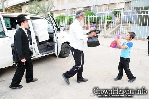 File photo: Colel Chabad volunteers in action.