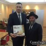 Kiev Mayor Marks Rebbe's Birthday; Receives Matzah
