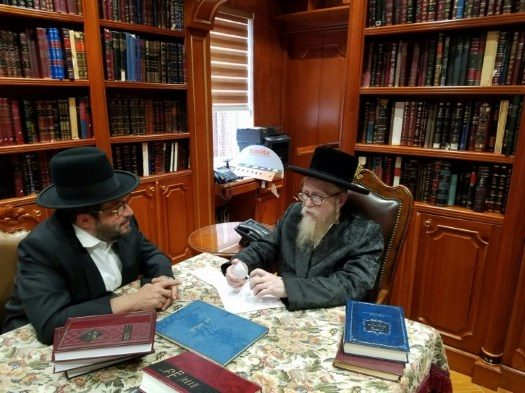 Rabbi Yechiel Steinmetz, Dayan of Skver, analyzing the 'Shabbulb' with inventor Morty Kohn. Photo: VIN News.