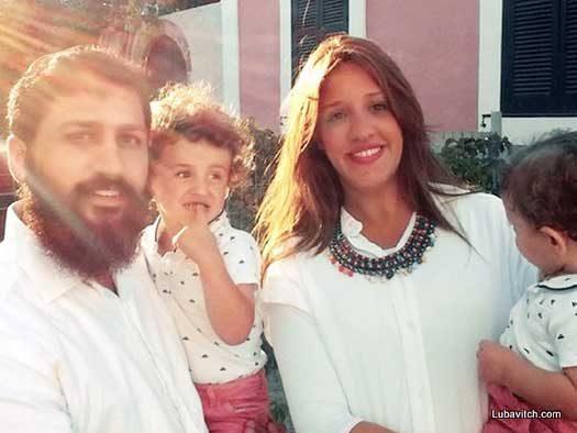 Rabbi Uri and Devorah Leah Medina together with their children.